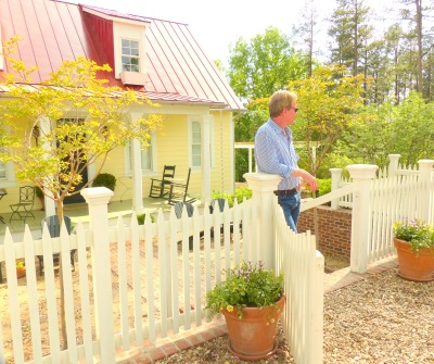 Allen welcomes G2B13 attendees to the Garden Home Cottage